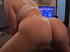 White girl with XXL ass twerking